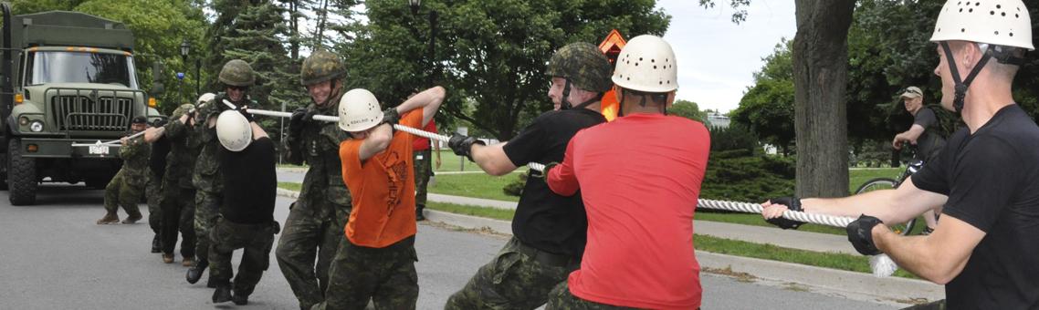 Des élèves-officiers du CMR tirent un camion